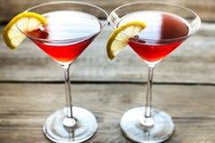 Dois cocktail cosmopolitas no fundo de madeira Foto de Stock Royalty Free