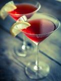 Dois cocktail cosmopolitas no fundo de madeira Imagens de Stock