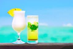 Dois cocktail de fruto deliciosos pela praia Imagens de Stock