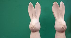 Dois coelhinhos da Páscoa brancos da porcelana imagem de stock