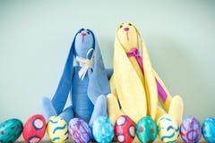 Dois coelhinhos da Páscoa em uma tabela de madeira Fotografia de Stock