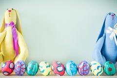 Dois coelhinhos da Páscoa em uma tabela de madeira Fotos de Stock