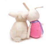 Dois coelhos do brinquedo sentam-se junto imagem de stock royalty free