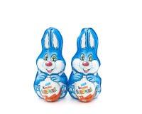 Dois coelhos mais amáveis envolvidos folha do ovo Imagens de Stock Royalty Free
