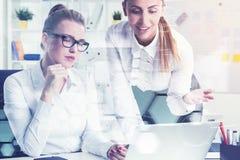 Dois colegas com um portátil, gráficos Imagem de Stock Royalty Free