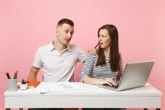 Dois colegas de sorriso do homem da mulher de negócio sentam o trabalho na mesa branca fotos de stock