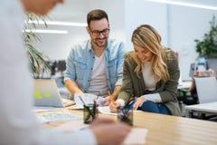 Dois colegas de trabalho que discutem a estratégia empresarial no escritório moderno Fotografia de Stock Royalty Free