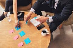 Dois colegas do negócio que preparam notas de post-it Foto de Stock