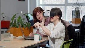 Dois colegas fêmeas do negócio que tentam vidros do vr 3d no trabalho vídeos de arquivo
