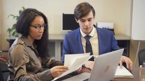 Dois colegas multi-étnicos que discutem o projeto na sala de conferências do escritório vídeos de arquivo