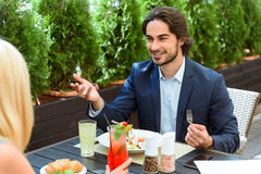 Dois colegas que comem o café da manhã no café Imagens de Stock