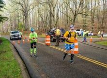 Dois coloridos e corredores farpados que competem - 2019 azul Ridge Marathon imagens de stock