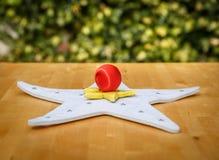 Dois coloriram estrelas e uma bola do Natal em uma tabela Imagem de Stock