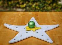 Dois coloriram estrelas e uma bola verde do Natal no centro Imagem de Stock Royalty Free