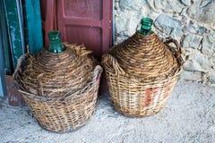 Dois comerciantes de vinho vazios imagem de stock royalty free