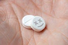 Dois comprimidos brancos com as drogas inoperantes da cara à disposição closeup fotos de stock
