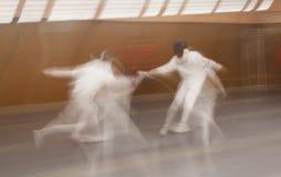 Dois concorrentes lutam usando as espadas que fazem o cerco, Madri, Spai Fotografia de Stock Royalty Free