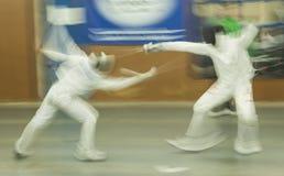 Dois concorrentes lutam usando as espadas que fazem o cerco, Madri, Spai Fotos de Stock Royalty Free