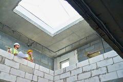 Dois construtores no canteiro de obras Fotos de Stock
