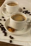 Dois copos brancos do café forte Fotografia de Stock