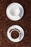 Dois copos com feijões de café Fotografia de Stock