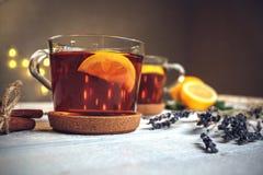 Dois copos completos do chá preto com limão fotos de stock royalty free