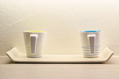 Dois copos de café branco na sala Imagem de Stock Royalty Free