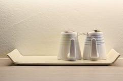 Dois copos de café branco na sala Fotografia de Stock Royalty Free