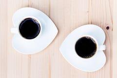 Dois copos de café branco na tabela de madeira Fotos de Stock