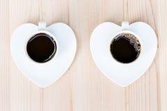 Dois copos de café branco na tabela de madeira Fotografia de Stock Royalty Free
