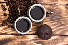 Dois copos de café com feijões de café Fotografia de Stock Royalty Free