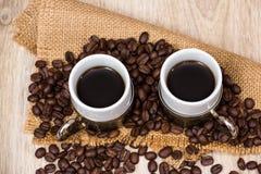 Dois copos de café com feijões de café Imagens de Stock Royalty Free