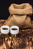 Dois copos de café com feijões de café Foto de Stock