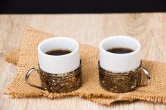 Dois copos de café com feijões de café Fotografia de Stock