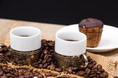 Dois copos de café com feijões de café Foto de Stock Royalty Free