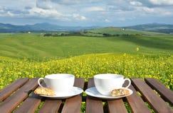 Dois copos de café e cantuccini na tabela Foto de Stock
