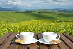Dois copos de café e cantuccini na tabela de madeira Imagens de Stock Royalty Free