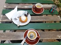 Dois copos de café e um queque fotografia de stock royalty free