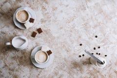 Dois copos de café em um fundo brilhante do vintage imagem de stock