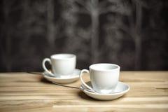 Dois copos de café em uma tabela Imagens de Stock Royalty Free