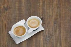 Dois copos de café na tabela de madeira Imagem de Stock