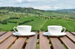 Dois copos de café na tabela de madeira Fotografia de Stock Royalty Free
