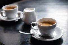 Dois copos de café na tabela no café Foto de Stock Royalty Free