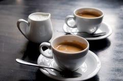 Dois copos de café na tabela no café Imagens de Stock Royalty Free