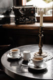 Dois copos de café na tabela no café Fotos de Stock Royalty Free