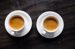 Dois copos de café na tabela no café Imagem de Stock