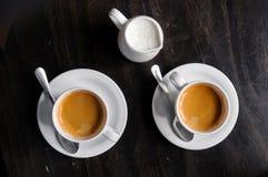 Dois copos de café na tabela no café Imagens de Stock