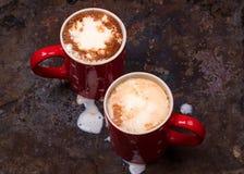Dois copos de café para amantes preparam-se para o café da manhã com espaço vazio da cópia Foto de Stock