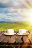 Dois copos de café e cantuccini na tabela Fotografia de Stock