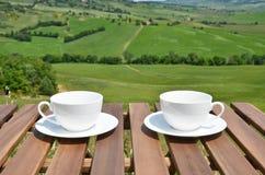 Dois copos de café na tabela de madeira Imagem de Stock Royalty Free